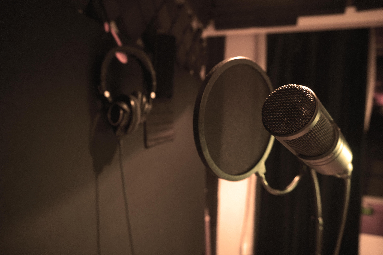 VO mic and headphones